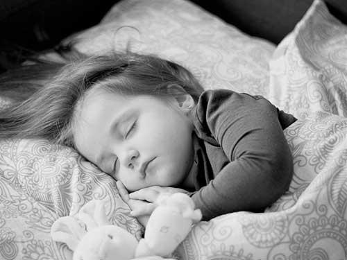 子どもの寝顔イメージ写真