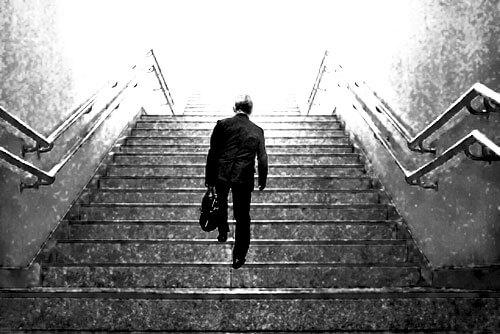 階段を歩く男性