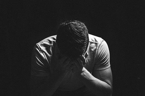 絶望する大学生のイメージ画像