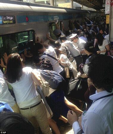 浦和駅で、列車とホームの間に挟まれた女性を助ける画像。