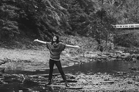 自然の中で癒される女性の写真