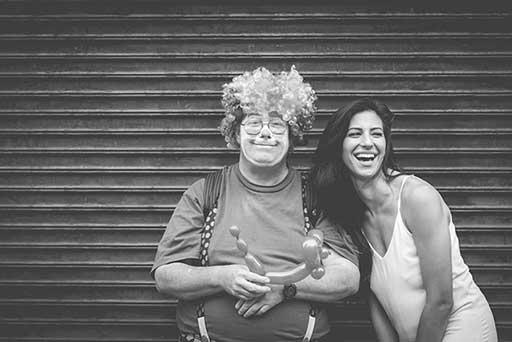 笑われるピエロと笑顔の女性の画像