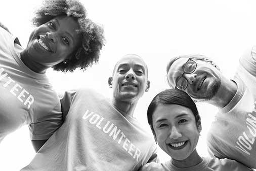 人の「良心」のイメージ画像。ボランティアのTシャツを着る人たち。
